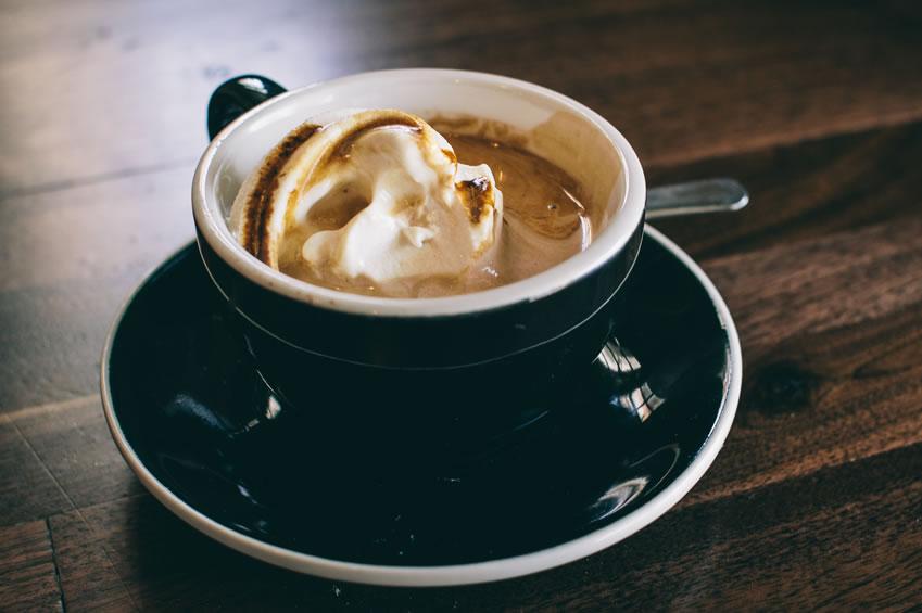 Espresso mit geeistem Baileys